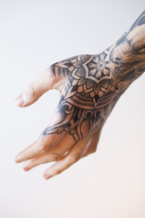 Tatuaggio sulle mani: consigli, idee e galleria di foto ...