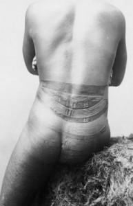Uomo primitivo con Tatuaggio