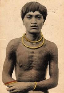 Uomo filippino con corpo tatuato