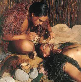 Tecnica tatuaggio manuale Maori