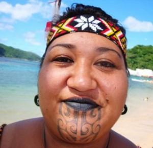Tatuaggio moko Maori su mento di una donna