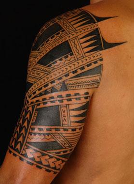 Braccio con tattoo polinesiano