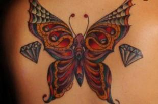 Tatuaggio di una farfalla sulla schiena