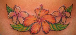 Ttatuaggio di un fiore sul ventre