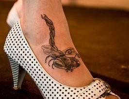 Tatuaggio sul collo del piede