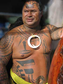 Uomo con tatuaggi hawaiani