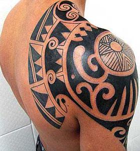 Tatuaggio maori sulla spalla