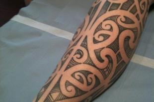 tatuaggio maori al polpaccio