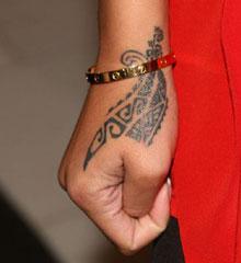 Tatuaggio tribale mano Rihanna