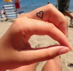 fare piccolo tatuaggio sul dito