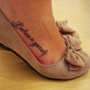 tatuaggio-frase-sul-collo-del-piede
