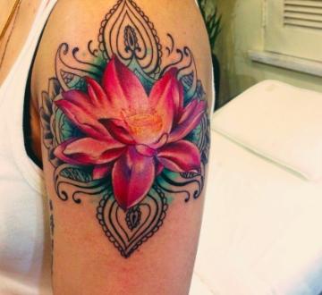 Tatuaggi fiori sul braccio quale scegliere passionetattoo for Tattoo fiori sul polso