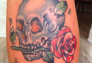 tatuaggio teschio rosa