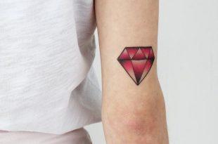 tatuarsi un rubino simboleggia forza, passione, nobiltà d'animo