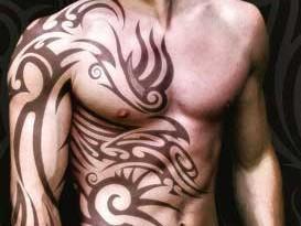 Corpo con tatuaggio tribale
