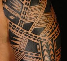Tatuaggio polinesiano sul braccio