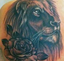 Tatuaggio leone sulla spalla